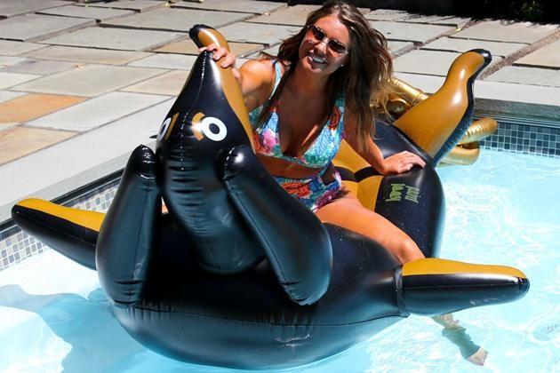 Cette énorme bouée en forme de Teckel va vous donner le sourire tout l'été