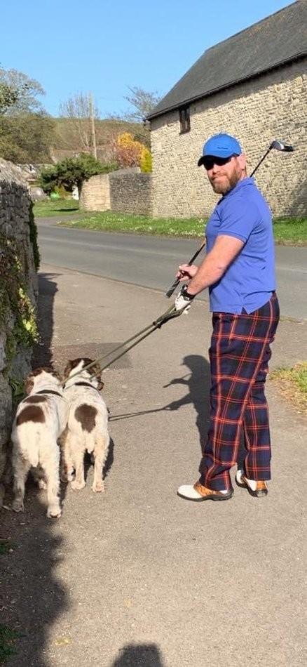 Pour divertir ses voisins pendant le confinement, cet homme se déguise à chaque fois qu'il sort ses chiens