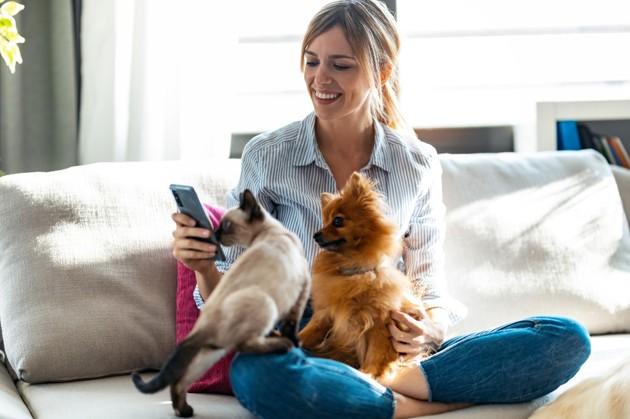 femme heureuse avec chien et chat