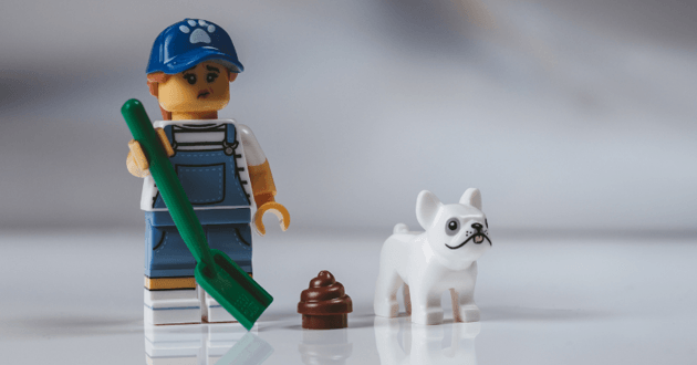 personnage de lego qui ramasse une crotte de chien