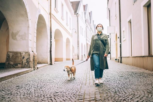 Femme qui promène son chien