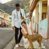 Une star de football américain utilise la cagnotte de son mariage pour aider des chiens errants