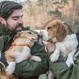 Sortis de l'enfer des fermes à viande sud-coréennes, ces chiens s'apprêtent à sauver des vies !