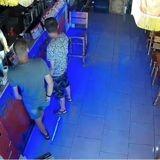 Il se rend compte que la caisse du bar a été pillée : quand il découvre l'identité du voleur, il se lève d'un bond ! (Vidéo)