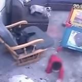 Le bébé s'approche des escaliers : le chat fonce sur lui et coupe le souffle de tout le monde