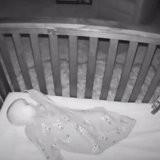 Elle regarde sur le babyphone si son bébé dort bien : ce qu'elle voit l'a fait exploser de rire (vidéo)