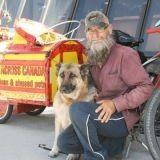 Il parcourt le Canada à vélo avec son chien pour la cause animale