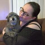 Elle adopte une chienne âgée et remarque ensuite quelque chose d'incroyable