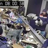 Un employé attrape un sac avant qu'il ne soit broyé : ce qui se trouve dedans fait le tour du monde