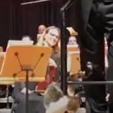 Concert de musique classique : un détail sur scène fait rire tout le public (Vidéo)