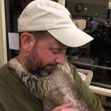 Cette chatte a repris confiance en l'homme grâce… à un prisonnier !