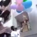 Il attache son chien à des ballons d'hélium, le dépose sur le toit d'une voiture et commet le pire