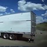 Dans une station-service, il voit un chien derrière un camion et pousse un hurlement