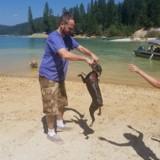 Elle joue avec son chien au bord du lac, quelques heures plus tard elle réalise que l'eau l'a tué