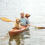 Il construit un Kayak pour pouvoir naviguer avec ses deux chiens