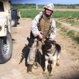 Une militaire parvient à récupérer son chien de travail avant son euthanasie (Photos)
