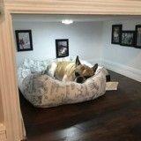 Il construit une chambre sous les escaliers pour son chien !