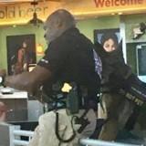 Policier et son chien à l'aéroport : elle s'approche et reste sans voix face à ce qu'elle voit !