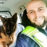 En patrouille, le policier arrête sa voiture pour aider un chien errant, ce qu'il fait ensuite a surpris tout le monde
