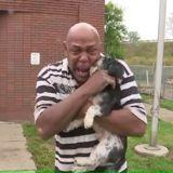 Il se fait voler sa voiture avec ses chiens à l'intérieur, puis reçoit un appel bouleversant