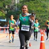 Elle termine son marathon avec un chiot dans les bras (Vidéo)