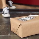 Une femme qui attend une livraison est choquée quand elle découvre ce qu'il y a devant sa porte