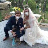 Ce couple a organisé le plus beau des mariages confinés avec l'aide de leurs deux chiens (Vidéo)
