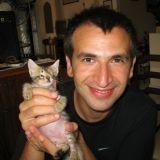 Destiné à mourir, ce chaton aveugle a survécu grâce à l'amour de son maître