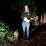 Pendant une émission en direct, une créature mystérieuse passe devant la caméra
