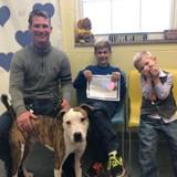 Cette famille a adopté leur fils et leur nouveau chien le même jour !