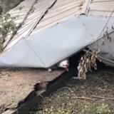 Il passe près des débris d'un hangar après l'ouragan Ida : un détail retient son attention et lui coupe le souffle (vidéo)