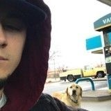 Un homme trouve un chien «perdu» et tente de l'aider… jusqu'à ce qu'il lise sa médaille