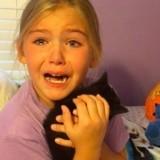 En découvrant son chaton qui ressemble à son ami décédé, cette fillette fond en larmes