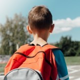 Tous les jours, son fils quitte la maison après l'école : il le suit et des larmes coulent quand il découvre la vérité