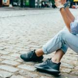 Une femme est assise sur un trottoir et fixe quelque chose : la raison est très émouvante