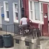 Il regarde par la fenêtre, voit sa voisine avec son chien et appelle la police en urgence !