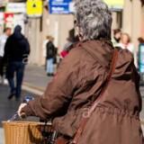 Ils voient une vieille femme à vélo, ce qu'elle prend dans son panier est révoltant