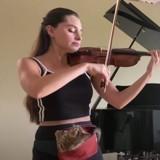 Elle joue du violon avec son chat tout contre elle : plus de 8 millions de personnes sont envoûtées