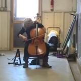 Une femme entre dans un refuge, sort un violoncelle et tout le monde reste sans voix (Vidéo)