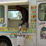La camion de glaces approche et tout le monde reste sans voix en voyant qui est son 1er client (Vidéo)