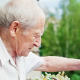 Son voisin de 85 ans crie : elle sort en courant et se met à pleurer en comprenant ce qui se passe