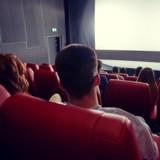 Il s'installe tranquillement dans une salle de cinéma : un drame se déroule à l'extérieur