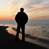 Il aperçoit un homme creuser un trou sur plage : ce qu'il voit en s'approchant est cauchemardesque