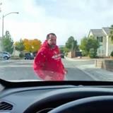 Un homme sort de chez lui, se met à courir vers une voiture et éclate en sanglots (Vidéo)