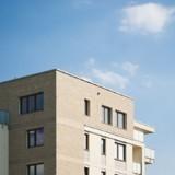 Un homme voit une forme bizarre sur le toit d'un immeuble et appelle tout de suite a l'aide