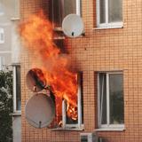 Prisonnier d'un appartement en flammes, ce chat va tout tenter sous les yeux médusés des passants