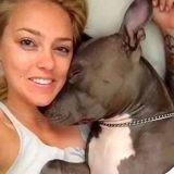 Elle réveille son Pitbull dans son sommeil, ce qui se passe ensuite captive 12 millions de spectateurs (vidéo)