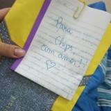Elle reçoit une lettre d'un étranger et se met à pleurer en voyant à qui elle est destinée