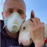 Cet homme et son Bull Terrier ont le meilleur des programmes sportifs pendant le confinement (Vidéo)