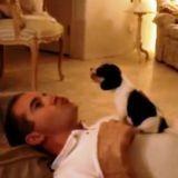 Un maître montre à son chiot comment hurler d'amour (Vidéo du jour)